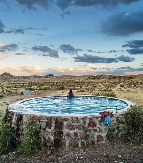 Runde Gartenpools rundes Schwimmbecken in der Wildnis mit Stein verkleidet sehr auffällig