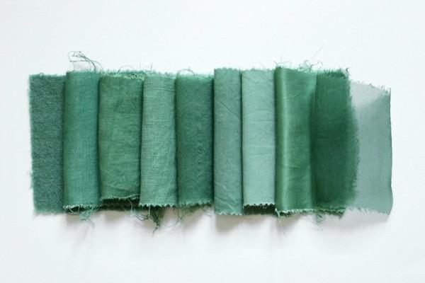 Stoff färben Textilien färben Kleidung färben gesättigte grüne Farbe bekommen