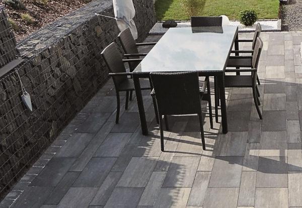 Terrassenplatten reinigen - ein Tisch mitten auf deer Terrasse