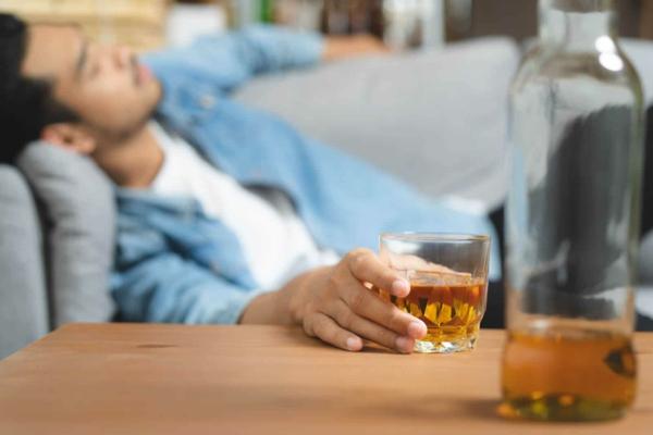 Τι βοηθάει από τον ροχαλητό Το κάπνισμα αλκοόλ