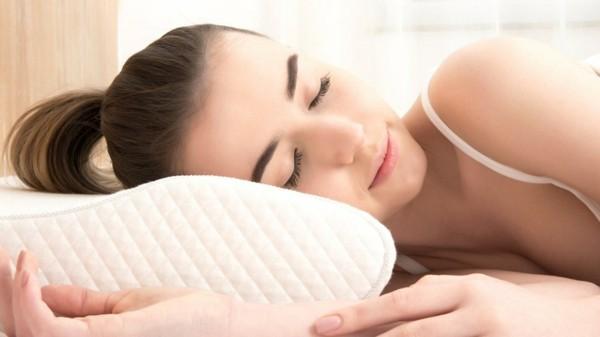 αυτό που μπορείτε να κάνετε αν σκοπεύετε είναι να αλλάξετε τη θέση ύπνου σας. Η αύξηση του κεφαλιού σας κατά τέσσερα εκατοστά μπορεί να διευκολύνει την αναπνοή και να ενθαρρύνει τη γλώσσα και τη γνάθο να προχωρήσουν. Υπάρχουν ειδικά σχεδιασμένα μαξιλάρια για ροχαλητό, τα οποία εξασφαλίζουν ότι οι μύες του αυχένα δεν συμπιέζονται. Η καλύτερη θέση στον ύπνο είναι να κοιμάσαι στο πλευρό σου αντί για την πλάτη σου. </p> <p style=
