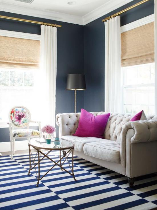 Wohnzimmer optisch erweitern dunkelblaue Wände weißes Sofa weiße Gardinen ideen