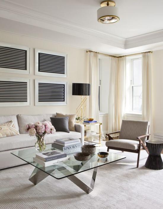 Wohnzimmer optisch erweitern eleganter Wohnraum hellgraue Gestaltung Sofa Teppichboden natürliches Licht