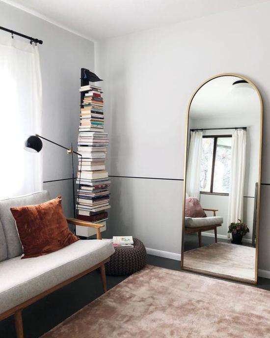 Wohnzimmer optisch erweitern kleiner Raum Spiegel an die Wand gelehnt visuelle Erweiterung