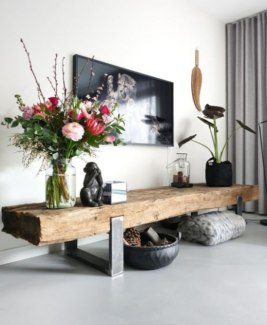 Wohnzimmer optisch erweitern längliche Holzbank im Flur Blumen weitere Dekoration