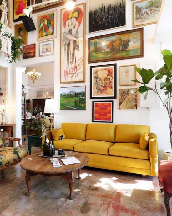 Wohnzimmer optisch erweitern schlechtes Beispiel gelbes Sofa zu viele Bilder an der Wand