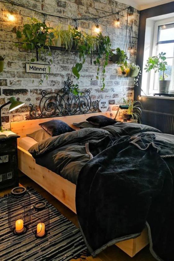 Zeitgemäße Raumgestaltung Schlafzimmer Ziegelwand Grünpflanzen Kerzen auf dem Boden