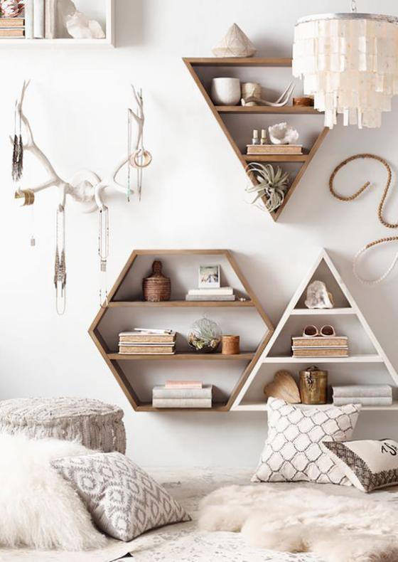 Zeitgemäße Raumgestaltung Wanddeko im Wohnzimmer ausgefallene Formen Holz weiche Texturen