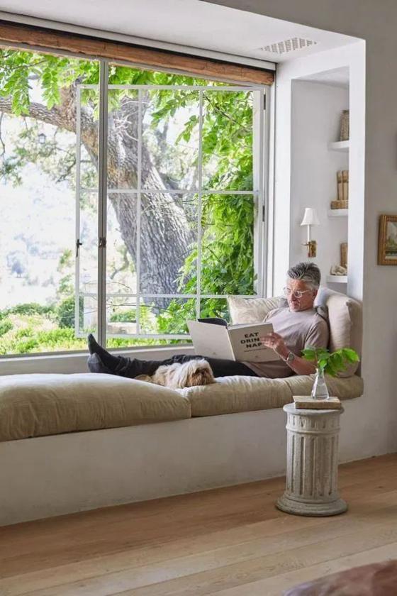 Zeitgemäße Raumgestaltung gemütliche Fensterecke bequemer Ort zum Lesen schöner Blick zum Garten