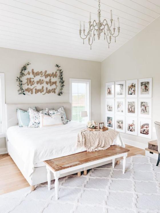 Zeitgemäße Raumgestaltung helles Schlafzimmer auffällige Wanddekoration Teppich Kronleuchter