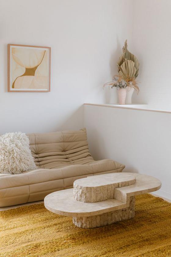 Zeitgemäße Raumgestaltung helles Zimmer kleiner runder Tisch sehr attraktiv