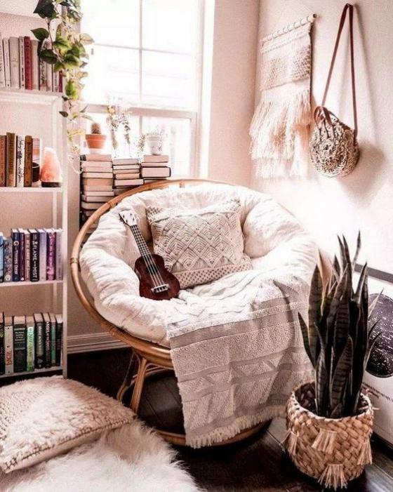 Zeitgemäße Raumgestaltung kreative Ideen runder Sessel Bücherregal Gitarre weiche Texturen Wanddeko etwas Grün