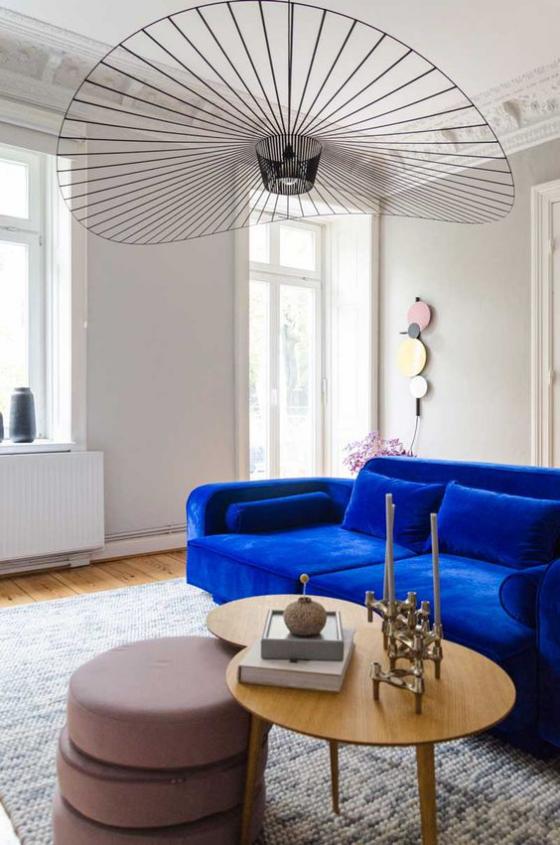 Zeitgemäße Raumgestaltung marineblaues Sofa auffallend Ambiente in neutralen Farben