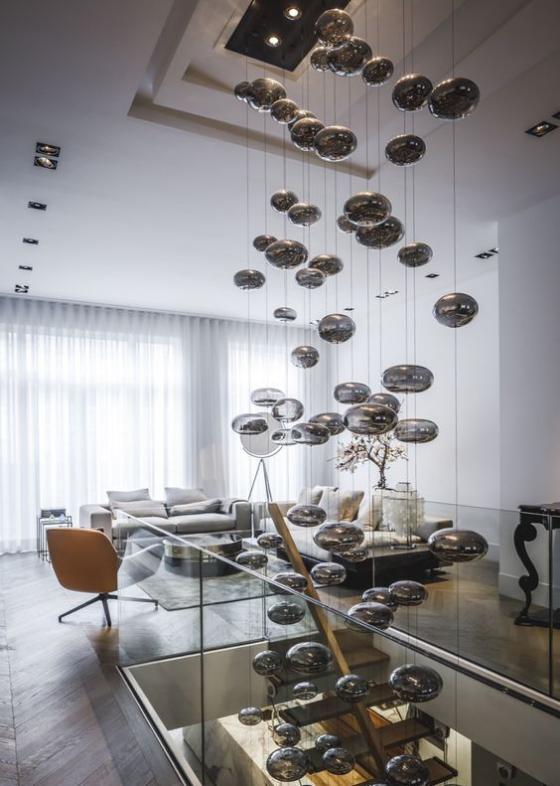 Zeitgemäße Raumgestaltung offenes Wohnkonzept ausgefallene Beleuchtung stiehlt die Show