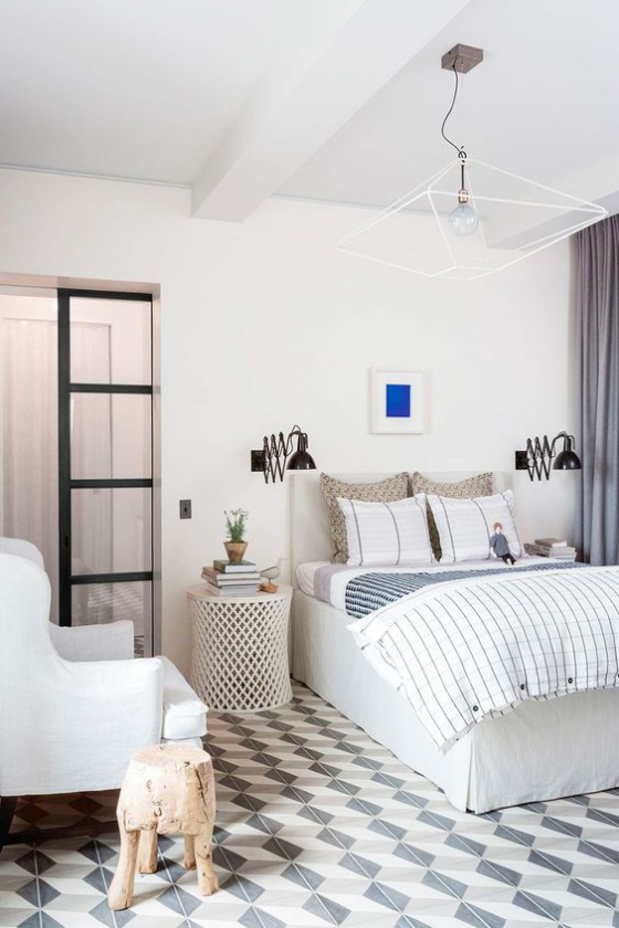 Zeitgemäße Raumgestaltung ruhiges Schlafzimmer Weiß dominiert interessante Beleuchtung Deko