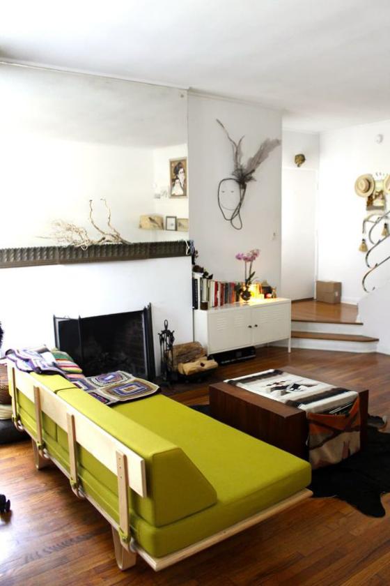 Zeitgemäße Raumgestaltung schönes Wohnzimmer senfgrünes Sofa als Blickfang
