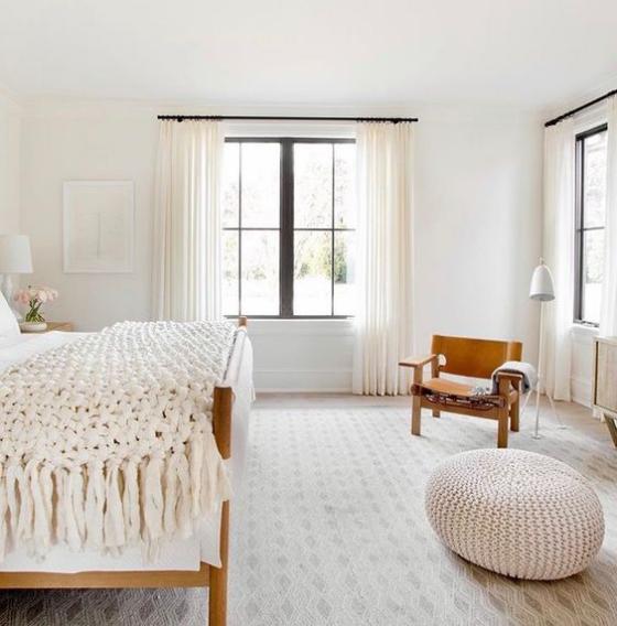 Zeitgemäße Raumgestaltung schönes ruhiges Schlafzimmer helle Farben dominieren visuelle Balance