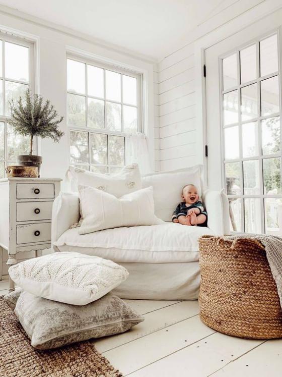 Zeitgemäße Raumgestaltung weißes Ambiente viel natürliches Licht weißes Sofa sehr weich kleines Baby