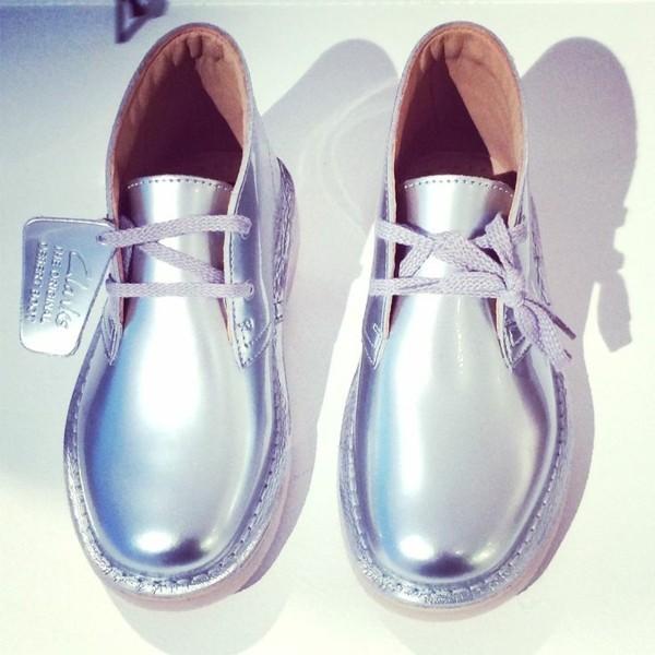 aktuelle modetrends 2020 silberne kinderschuhe clarks shoes