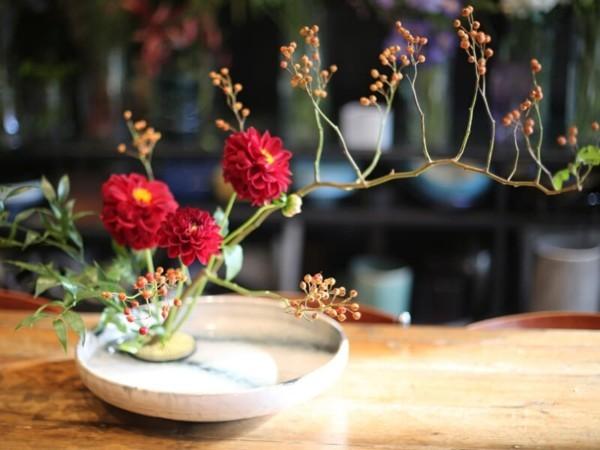 dahlien beeren japanische blumensteckkunst ikebana