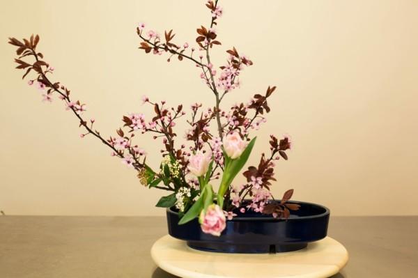 ikebana frühlingsblumen kirschblüten tulpen