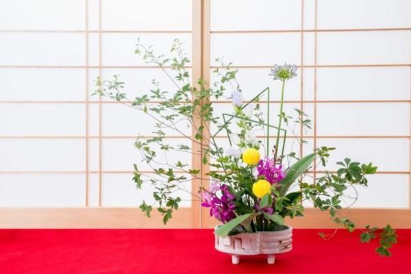 ikebana japanische blumensteckkunst bunte blüten