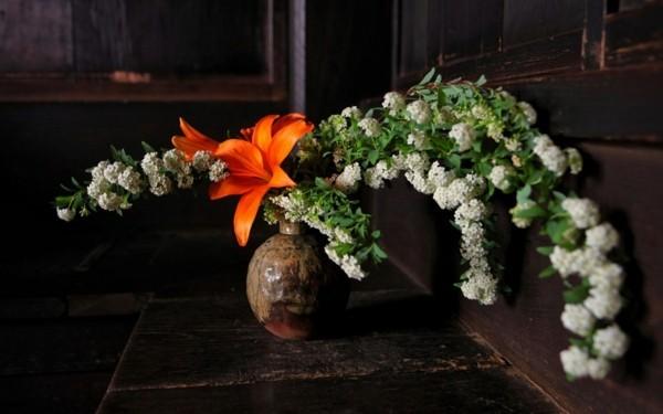 japanische blumensteckkunst ikebana lilie