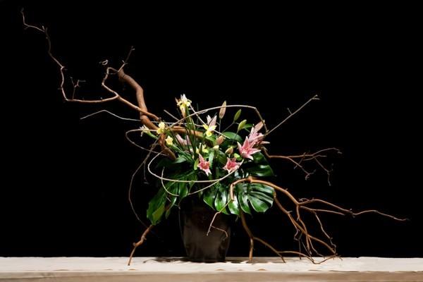 japanische blumensteckkunst lilien monstera blumengesteck