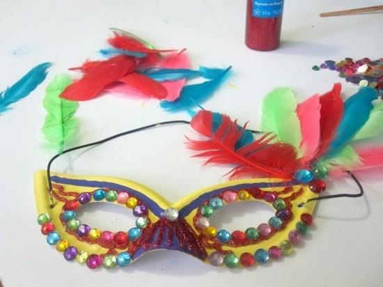 karnevalsmaske strasssteine federn basteln mit kindern