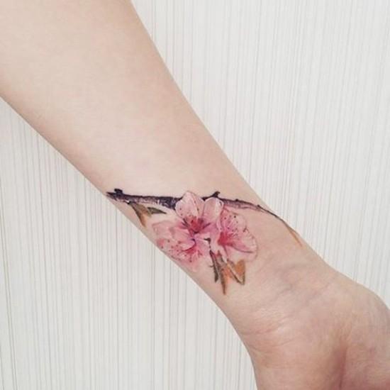 kirschblüten tattoo am handgelenk