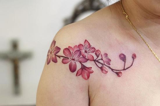 kirschblüten tattoo idee schulter