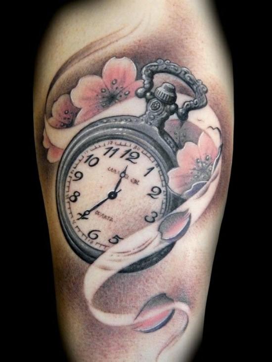 kirschblüten tattoo mit uhr oberarm
