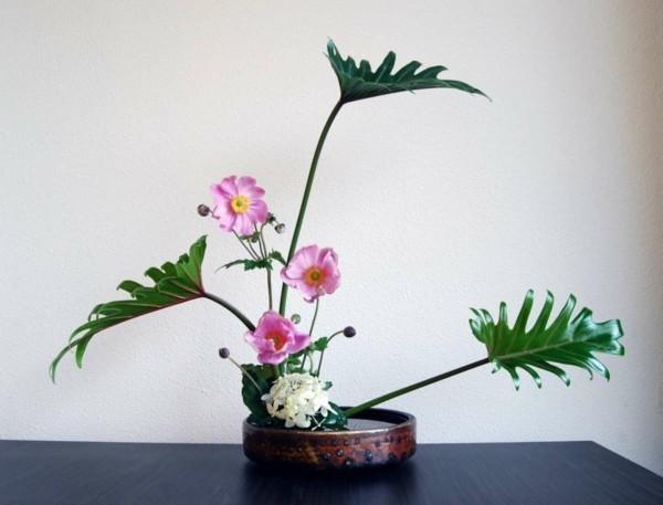 monstera zarte blüten japanische blumensteckkunst ikebana