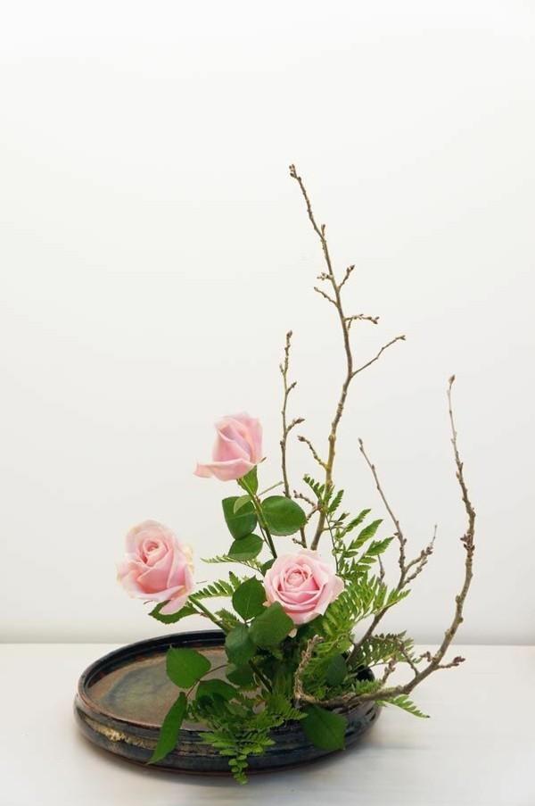 rosen farn ikebana japanische blumensteckkunst