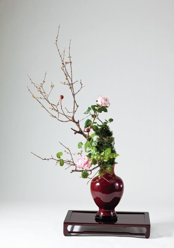 rosen hagebuttenzweige ikebana