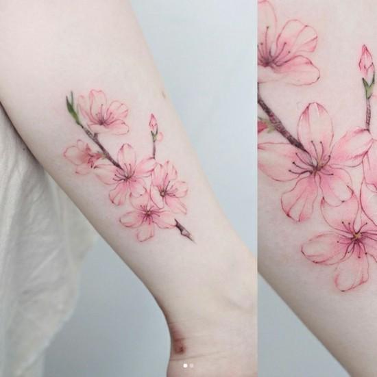sakura kirschblüten tattoo unterarm