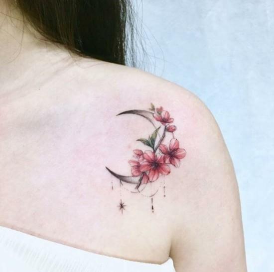 schulter kirschblüten tattoo mit mondsichel