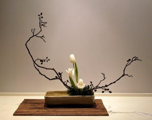 weiße tulpen zweige frühling ikebana