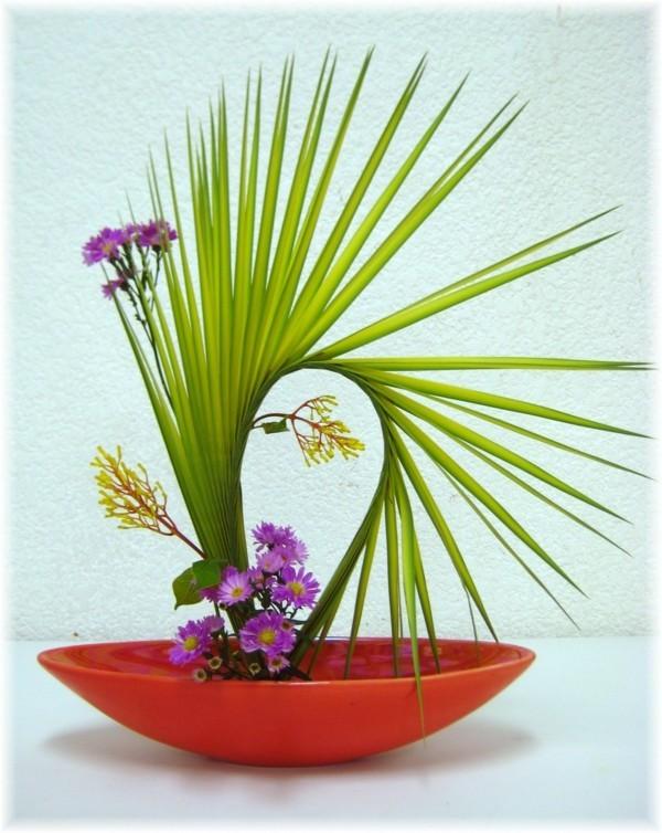 zarte chrysanthemen palme japanische blumensteckkunst ikebana