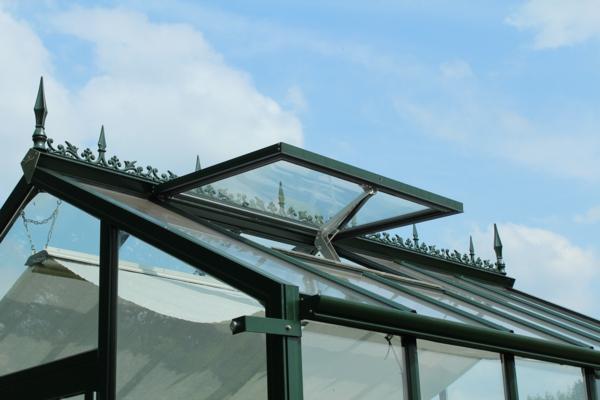 Automatischer Fensteröffner und Beschattungsrollo runden das Gewächshaus abHoklartherm