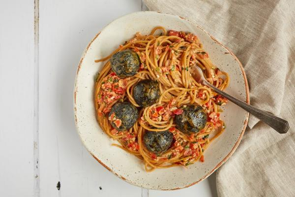 Bärlauch in der Küche Klöße aus Wildem Knoblauch mit Spaghetti servieren