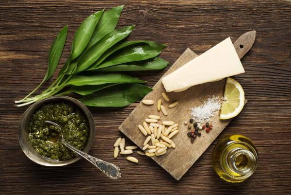Bärlauch in der Küche Pesto mit Olivenöl Nüsse