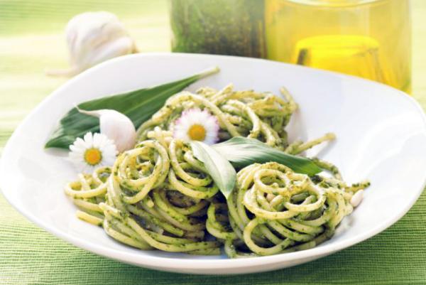 Bärlauch in der Küche Spaghetti mit grüner Sauce Wilder Knoblauch