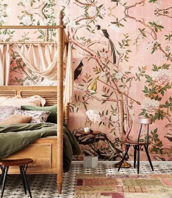 Blumentapeten Deko Trend 2020 Akzentwand im Schlafzimmer rosa Hintergrund zarte Farben verspielte Blumenmuster exotische Vögel