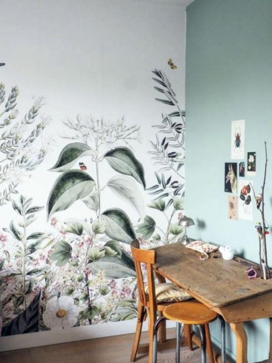 Blumentapeten Deko Trend 2020 Arbeitsecke aller Tisch Stuhl schöne Wandtapete florale Muster sanftes Blau Grautöne