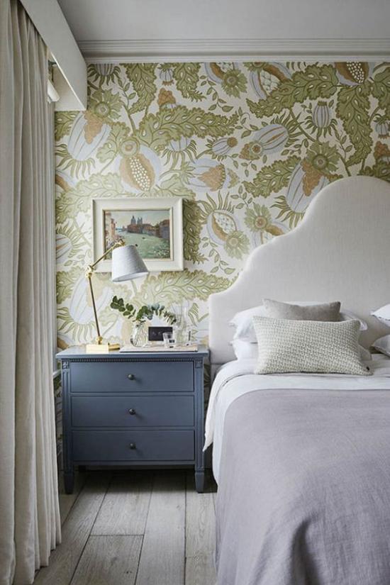 Blumentapeten Deko Trend 2020 Blickfang im Schlafzimmer hellgrüne Wandtapete mit floralen Mustern Schlafbett Nachttisch Lampe