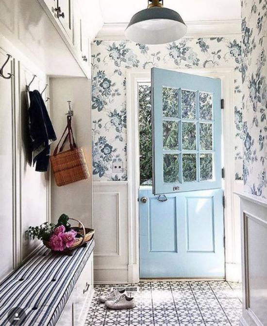 Blumentapeten Deko Trend 2020 Flur blaue Tür sanfte flarale Muster in Blautönen weißer Hintergrund