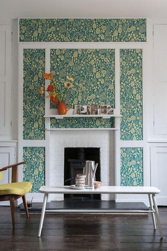 Blumentapeten Deko Trend 2020 Wohnzimmer Kamin Akzentwand kleine Muster schöner Anblick