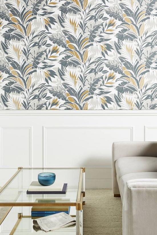 Blumentapeten Deko Trend 2020 Wohnzimmer hellgraues Sofa Wandtapete in sanftem Blau Grau Gold florale Muster