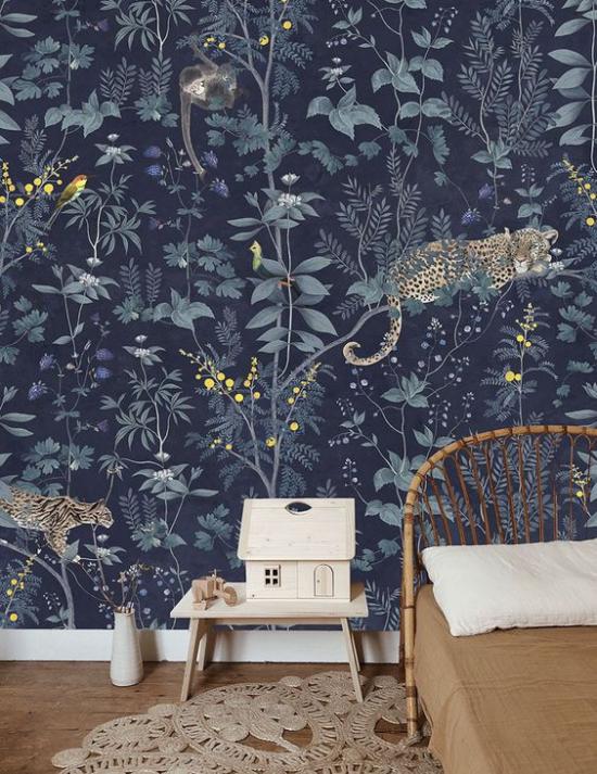 Blumentapeten Deko Trend 2020 dunkelblauer Hintergrund Tiermotive etwas mysteriös wirkend im Schlafzimmer